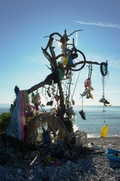 Garbage art / spanish coast http://littlemissitchyfeet.files.wordpress.com/2012/05/r0017389.jpg