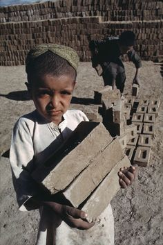 This is a picture of a child involved with child labor in Afghanistan. There are 215 children worldwide that are involved in child labor. Afghanistan has a high number of children in child labor. Kids Around The World, We Are The World, People Around The World, Save The Children, Working With Children, Poor Children, Steve Mccurry Photos, World Press Photo, The Kite Runner