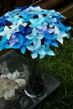 Gorgeous flowers in glass vase.. Hermosas flores en distintos tonos azules