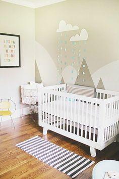 Une chambre d'enfant avec des décors en peinture