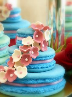 Mini wedding cakes made from Macaroons! I would love to do this in other kinds of cookies...and a few different colors too, not just one!