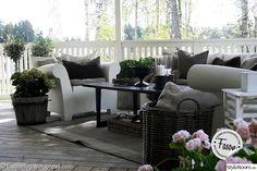 Möblering med New England med vita fåtöljer och brunt bord