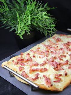 Quick Flammekueche - Quick flammekueche: it& very easy, just spread the dough very very thin, because otherwise it - Pizza Recipes, Beef Recipes, Snack Recipes, Cooking Recipes, Healthy Recipes, Recipies, Swedish Cuisine, Traditional French Recipes, Pizza Bites