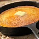 It's easy to make this simple southern cornbread, and your family and guests will love the delicious taste of homemade. Southern Cornbread Recipe, Homemade Cornbread, Southern Recipes, Southern Food, Fried Cornbread, Skillet Cornbread, Jiffy Cornbread, Cornbread Casserole, Cornbread Muffins