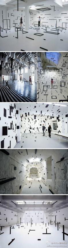 意大利装置艺术家Esther Stocker 打造的几何感空间。esther根据特定的方程式