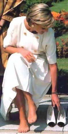 June Diana, Princess of Wales visited the biggest Hindu temple outside India, he Shri Swaminarayan Mandir Hindu Temple in Neasden, London. Princess Diana Family, Royal Princess, Princess Of Wales, Lady Diana Spencer, Princesa Diana, Prinz William, Diana Fashion, Diane, Queen Of Hearts