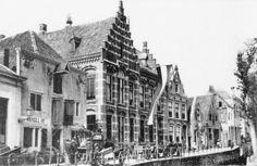 Amersfoort<br />Amersfoort: Postkantoor aan de Kortegracht ca 1900. | Of ik het mooi had gevonden weet ik niet, maar het was in ieder geval een markant gebouw. Het stond aan de Kortegracht A367 (huidige nummer 7) en werd op 1 mei 1892 in gebruik genomen. Het pand er rechts naast op nummer 5 werd in 1916 bij het postkantoor getrokken. Het gebouw ter linkerzijde ('handel in aardappelen') is tegenwoordig onderdeel van het Mondriaanhuis. In 1964 werd het gesloopt. Tegenwoordig staat een deel van…