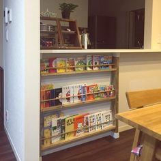 高さが自由に選べるので、カウンター下にも突っ張りOK.こちらは子供の本棚に。