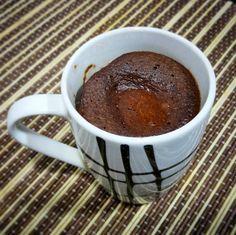 """""""Mugcake / Bizcocho a la taza"""" de chocolate en 1 minuto (Microondas) INGREDIENTES: 30 g de harina de avena 1 cucharadita (5g) de cacao en polvo 1 huevo  1 cucharada (30g) de queso batido 1/2 cucharadita de levadura royal  Edulcorante y canela al gusto"""