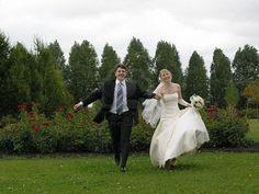 Bride and Groom running Photo