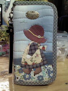 กระเป๋าตังค์ใบยาวโทนฟ้าตุ่นๆ Patchwork Quilt Patterns, Patchwork Bags, Quilted Bag, Japanese Patchwork, Japanese Quilts, Embroidered Bag, Pencil Bags, Small Quilts, Diy Embroidery