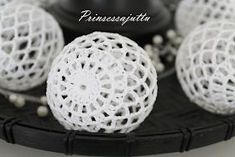 Not sure what language this is in, but inspiration anyway Filet Crochet, Crochet Stitches, Knit Crochet, Crochet Patterns, Crochet Christmas Ornaments, Christmas Baubles, Christmas Crafts, Crochet Ball, Crochet Home