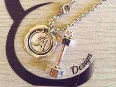 Dumbbell & Initial Necklace. Collar Mancuerna Y Letra.Collana Manubrio e Iniziale.CrossFit,Fitness,initial charm,personalized charm de CrosseFitDesign en Etsy