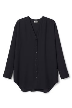 The Rise Chiffon Blousehas aV-neck, a buttoned front and long sleeves. The softly curved hem and the pleat detail in the back gives this lightweightblouse a loose and flattering fit. - Size Small measures 114,50 cm in chest circumference and 81,50 cm in length. The sleeve length is 59 cm.