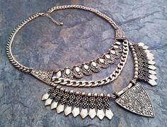 1f66686fb906 Impresionante collar tribal en oro viejo. Este collar combina a la  perfección un toque vintage