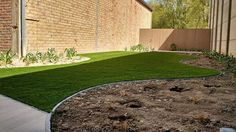 Kunstgras aangelegd in de tuin in Poelkapelle. Kunstgras type: ForGrass 12. #kunstgras #tuin #gras