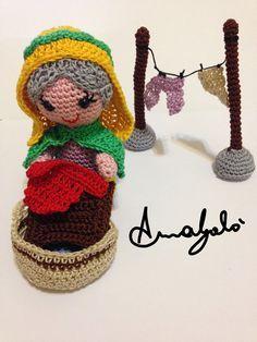 Il secondo schema del SAL 2015 è stato realizzato da Anna Galò e rappresenta la lavandaia. Spero vi piaccia Filato utilizzato Stella nei colori: giallo, lilla, peltro, rosa, verde erba, marrone, turchese Abbreviazioni cat – catenella pb – punto basso pbss – punto bassissimo pa – punto alto Pezzi base personaggio Per avere lo ... Crochet Dolls, Crochet Hats, Novelty Toys, Pebble Art, Nursery Rhymes, Yarn Crafts, Doll Toys, Nativity, Christmas Ornaments