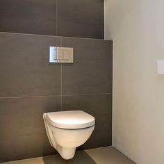 Wow! 👏🏻❤️ Deze grote 60x60 Sphinx Belvédère Mouse tegels zijn door Jacqueline uit Naarden besteld bij Priggo. Het resultaat mag er zijn! #tegels #toilettegels #tegelwerk #tegelinspiratie #toilet #toiletinspiratie #Sphinx #wooninspiratie #sanitair #badkamertegels #woonstijl #wandtegels #grotetegels #xltegels #wc #wctegels #grijzetegels #interieurarchitect #architect #tegelzetter #aannemer #tegelspecialist Modern Toilet, Modern Bathroom, Small Bathroom, Interior Design Living Room, Living Room Decor, Small Toilet Room, Bathroom Toilets, Bathrooms, Downstairs Toilet