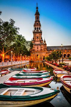 Beautiful Plaza de España in Seville!  devourspain.com/