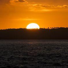 Fala galera! Um dos pores do sol mais incríveis que fotografei em Tibau do Sul - RN. Ele simboliza a despedida desse ano difícil que acaba mas que não posso chamar de ruim. As dificuldades inspiram a criatividade nos tiram da zona de conforto fazem com que nos obriguemos a traçar novos caminhos. Afinal não há como alcançar destinos diferentes seguindo as mesmas estradas. Então a mensagem é de superação e principalmente de esperança para um 2016 produtivo e criativo! E para a raça humana como…