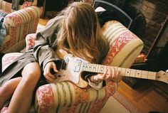 Learn how to play the beginning guitar with all of these straightforward recommendations. Trying to play a guitar is easy to master, and may open so many musical doors. Gender Bender, Music Aesthetic, Aesthetic Girl, Poses, Zack E Cody, Guitar Photography, Girl Photography, Estilo Grunge, Guitar Girl