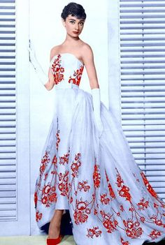 "Photo of Audrey Hepburn: as Sabrina Fairchild in ""Sabrina,"" gown by Givenchy. // Why does it seem I always wanted the dresses Audrey Hepburn wore in her movies? Audrey Hepburn Outfit, Audrey Hepburn Wedding Dress, Audrey Hepburn Mode, Sabrina Audrey Hepburn, Audrey Hepburn Fashion, Audrey Hepburn Givenchy, Aubrey Hepburn, Vintage Outfits, Vintage Dresses"