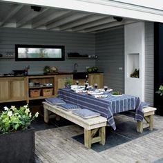 Lichtgrijs-witte buitenkeuken, met openhaard!