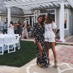 Aimee Song sur Instagram: So happy to be reunited with this Spanish beauty @lovelypepa at the @revolveclothing Hamptons house! #REVOLVEinthehamptons