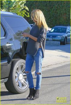 Heidi Klum Gets Her Hair Touched Up Before Flying Out of L.A. | heidi klum hair salon lax airport 12 - Photo