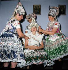 folklórneho súboru Tekovan zo Starého Tekova a folkloristami z Rybníka Folk Costume, Costumes, Central Europe, Folklore, Milan, Embroidery, Bridal, Handkerchiefs, Country