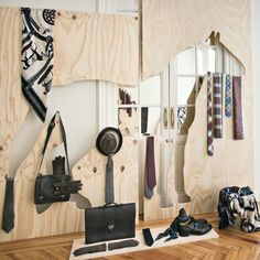 Kontursågad plywood för konstfull klädförvaring