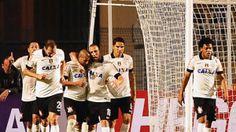 Emerson Sheik é abraçado pelos colegas após gol