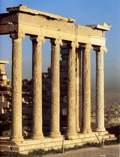 Columnas jónicas en el Erecteion de Atenas.