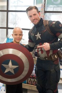 Diehard Seattle Seahawks fan Chris Pratt may have lost his Super Bowl bet with Patriots fan Chris Evans, but the two actors decided to visit two children's hospitals as Star-Lord and Captain America anyway. Chris Evans Captain America, Captain America Funny, Capitan America Chris Evans, Chris Pratt, Christoph Waltz, Christian Bale, Chris Pine, Josh Duhamel, Star Lord