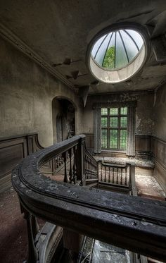 Just look at this abandoned House. I admire the architecture - especially that sunroof.