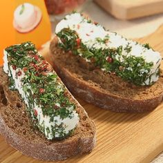 Смешайте творожный сыр спропущенным через пресс чесноком (1зубчик) икрахмалом.
