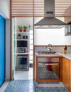 Divisória de madeira com abertura na parte superior para área de serviço e cozinha