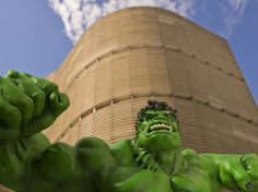 Montagem exibe o Incrível Hulk, da Marvel, na frente do edifício Copan, em São Paulo