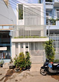 Ngôi nhà 680 triệu thay đổi cuộc sống của gia đình Sài Gòn Townhouse Exterior, Modern Townhouse, Townhouse Designs, House Front Design, Small House Design, Modern House Design, Minimalist Home Furniture, Small House Exteriors, Narrow House