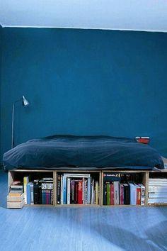 ZABUDOWA - MEBLE POKOJOWE. Podest w sypialni zbudowany ze skrzynek, na których ułożono płytę meblową, a na niej - materac. Skrzynki służą jako półki na książki.