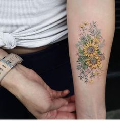 Sunflower Tattoos for Women - Ideas and Designs for Girls - With this delightful arm tattoo, you will never fail to look at the brighter side of things. Sunflower Tattoo Simple, Sunflower Tattoo Sleeve, Sunflower Tattoo Shoulder, Sunflower Tattoos, Shoulder Tattoo, Body Art Tattoos, Sleeve Tattoos, Tatoos, Tattoo Arm