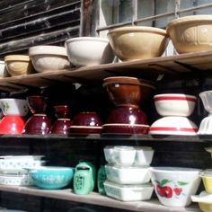 No, did I tell myself while strolling our local flea market, I do not need bowls. But it's hard to resist, isn't it, when they're displayed like this? Vintage Bowls, Fleas, Farmhouse Style, Vintage Fashion, Display, Tableware, Floor Space, Dinnerware, Country Style