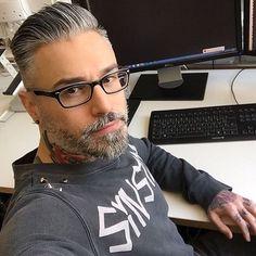 Alessandro Silverfox (@silver.fox.x) • Fotos y videos de Instagram Hair And Beard Styles, Short Hair Styles, Grey Hair Men, Mens Hair, Mature Men, Older Men, Mens Glasses, Men's Grooming, Silver Hair