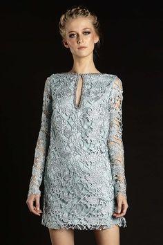 Vestido curto reto de guipir azul cristal manga longa decote costas com corrente de strass