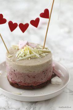Vegan Valentijn ijstaartje. Zoet geluk, gezonde bananencake met kersen. | It's a Food Life