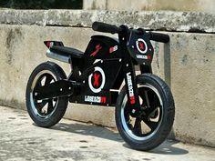 """Draisienne Heroes noire Jorge Lorenzo - Kiddimoto Cette super draisienne """"JORGE LORENZO"""" en bois est conçue comme une vrai moto de courses sportives."""