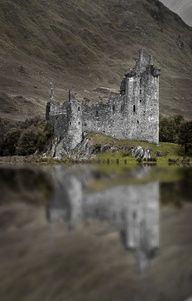KILCHURN CASTLE, Scotland. #DestinationOfTheDay #Lingualia