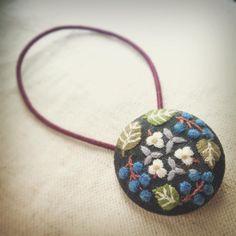 ナンキンハゼのヘアゴム ブローチを見てくれたお友達から、ヘアゴムのリクエストがあり、少し小さめに刺繍しました! ショートの私には付けれないから、どんな感じか想像…うーん、私もつけてみたいなぁ #刺繍 #ブローチ #手芸 #花 #草花 #手仕事 #ハンドメイド #handmade #embroidery #handembroidery #flower #brooch #plant#votanical #leaves #needlework #紅葉 #木の実 #autumn #ナンキンハゼ #刺しゅう #くるみボタン #ヘアゴム
