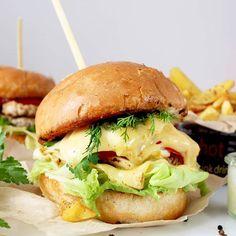 Oto i ON - KRÓL BURGERÓW! <3 Kochani, wczoraj na bloga wrzuciłam #Przepis na pyszne, domowe #burgery ! Świeżo mielone #mięso, chrupiąca #bula .... i duuuużo ciąąąąąągnącego sera! Chcesz? Masz smaka? ❤️ .  Ps. na blogu testuję swoją pierwszą maszynkę do mielenia @blaupunkt_polska_rtvagd Jak się sprawdza?  Zobaczcie na WWW.OSTRA-NA-SLODKO ❤️ . #burger #burgers #theburgery #instaburger #instaburgers #meats #instarecipes #top_food_pics #przepisy #f52gram #hautecuisines #thefeedfeed…