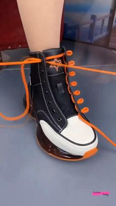 Diy Clothes Life Hacks, Diy Clothes And Shoes, Clothing Hacks, Ways To Lace Shoes, How To Tie Shoes, Ways To Tie Shoelaces, Diy Fashion Hacks, Diy Fashion Videos, Fashion Ideas